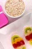 Gâteau doux du plat et des fruits blancs Photographie stock
