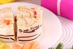 Gâteau doux du plat et des fruits blancs Images stock
