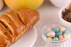 Gâteau doux du plat et des fruits blancs Images libres de droits