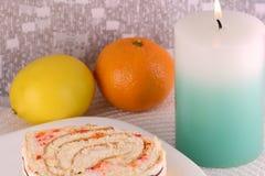 Gâteau doux du plat et des fruits blancs Photos libres de droits