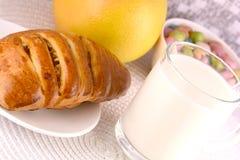 Gâteau doux du plat et des fruits blancs avec du lait Image libre de droits