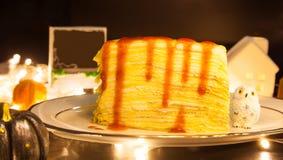 Gâteau doux fait maison savoureux de crêpe de fraise de dessert de nourriture décorant du fond de fête de thème de Halloween Bonb image libre de droits