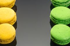 Gâteau doux français jaune vert coloré de dessert de macarons photos libres de droits