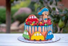 Gâteau drôle pour des enfants avec les voitures colorées de jouet Photographie stock libre de droits