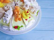 Gâteau du ` s d'enfants sur en bois bleu photos libres de droits