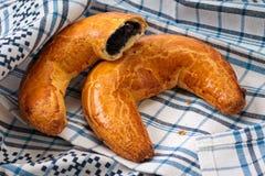 Gâteau en croissant de forme de pavot hongrois de Noël Photo stock