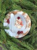 Gâteau en forme d'arbre de Noël avec des tranches de framboise images stock
