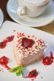 Gâteau en forme de coeur de valentine image stock