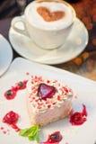 Gâteau en forme de coeur de valentine images stock