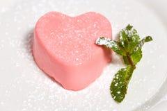 Gâteau en forme de coeur rose avec la menthe pour le jour de valentines Image stock