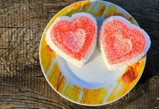Gâteau en forme de coeur sur le fond en bois Photos libres de droits