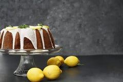 Gâteau entier de Bundt de citron avec les citrons frais images libres de droits