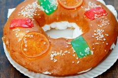 Gâteau espagnol de Noël avec les fruits, l'écrou et le glaçage sur le dos en bois Images stock