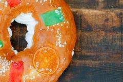 Gâteau espagnol de Noël avec les fruits, l'écrou et le glaçage sur le dos en bois Photo libre de droits