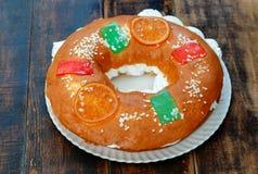 Gâteau espagnol de Noël avec les fruits, l'écrou et le glaçage sur le dos en bois Image libre de droits