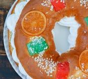 Gâteau espagnol de Noël avec les fruits, l'écrou et le glaçage sur le dos en bois Photographie stock