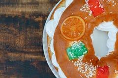 Gâteau espagnol de Noël avec les fruits, l'écrou et le glaçage sur le dos en bois Photos libres de droits