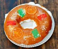 Gâteau espagnol de Noël avec les fruits, l'écrou et le glaçage sur le dos en bois Photo stock