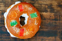 Gâteau espagnol de Noël avec les fruits, l'écrou et le glaçage sur le dos en bois Photographie stock libre de droits