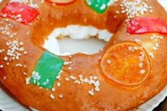 Gâteau espagnol de Noël avec les fruits, l'écrou et le glaçage sur le dos en bois Photos stock