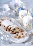 Gâteau et biscuits de Noël photographie stock libre de droits