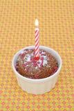 Gâteau et bougie brûlante photo stock