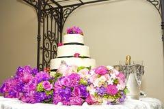 Gâteau et bouquets photographie stock libre de droits