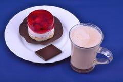 Gâteau et cacao au fond bleu Photos stock