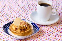 Gâteau et café de cuvette Photo stock