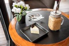 Gâteau et café de noix de coco de dessert photographie stock