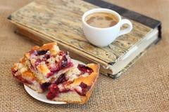 Gâteau et café de plomb avec le livre Image stock
