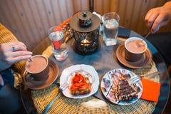 Gâteau et chocolat chaud dans le café Photos libres de droits
