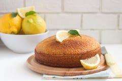 Gâteau et citrons de lavande de citron sur un fond clair Type rustique photographie stock