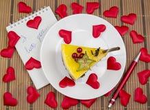Gâteau et confession d'amour de coeurs Images stock