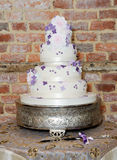 Gâteau et couteau de mariage Photos stock