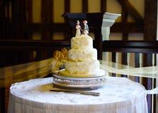 Gâteau et couteau de mariage Photos libres de droits