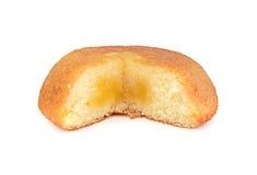 Gâteau et crème de souffle d'isolement sur le fond blanc Photo stock