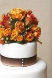 Gâteau et fleurs de mariage Images libres de droits