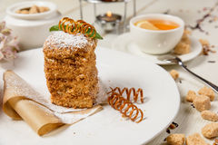 Gâteau et fleurs savoureux Images libres de droits