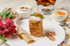 Gâteau et fleurs savoureux Photographie stock libre de droits
