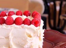Gâteau et framboises de givrage de Buttercream Photos libres de droits