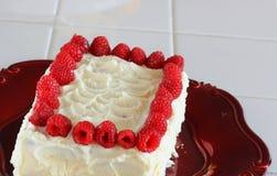 Gâteau et framboises de givrage de Buttercream Photo libre de droits