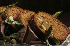 Gâteau et gui de Noël Photographie stock libre de droits