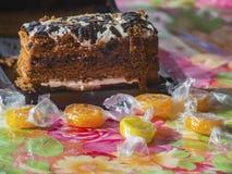 Gâteau et les bonbons sur la table Photos libres de droits