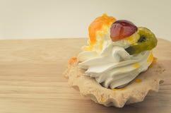 Gâteau et morceaux crèmes blancs de fruit Image libre de droits