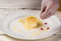 Gâteau et morceaux de fraise Photos libres de droits