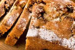 Gâteau et parts cuits au four Photos stock