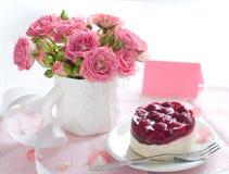 Gâteau et roses Images stock