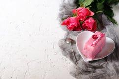 Gâteau et roses roses sur le fond blanc, partie de fille L'espace libre pour votre texte Photo libre de droits