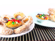 Gâteau et Sugar Donut de fruit images stock